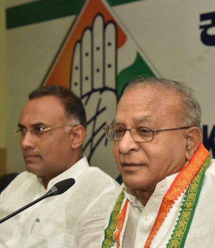 Senior Congress leader S Jaipal Reddy addresses the media in Bengaluru on Thursday. KPCC chief Dinesh Gundu Rao is seen.