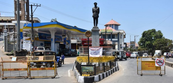 Barricades put up by police at General Thimayya Circle in Madikeri for preventing movement of vehicles. DH Photo