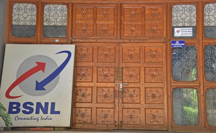 The move comes at a time when Bharat Sanchar Nigam Ltd (BSNL) is facing mounting pressure on its financials, and it even delayed payment of employee salaries for the second time this year. (DH File Photo)