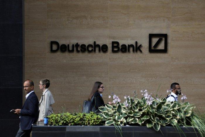 People walk past a Deutsche Bank office in London (Reuters Photo/Simon Dawson)