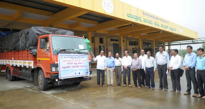 DKMUL President Raviraj Hegde flags off a vehicle carrying milk and bedsheets to the flood victims.