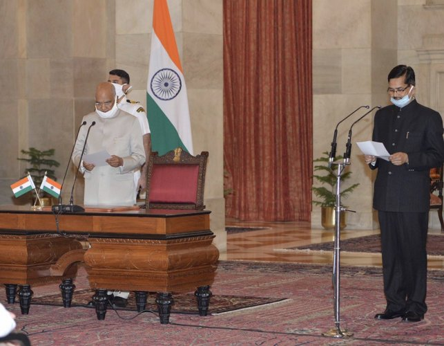 President Kovind administered the Oath of Office to the Chief Vigilance Commissioner (CVC) Shri Sanjay Kothari at Rashtrapati Bhavan. (Twitter/@rashtrapatibhvn)