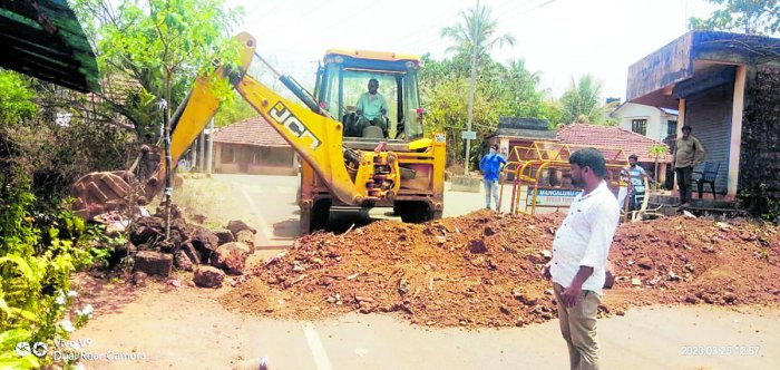 Roads in Dakshina Kannada connecting Kerala in Manjanady, Balepuni and Naringana villages were closed for vehicular movement. DH Photo