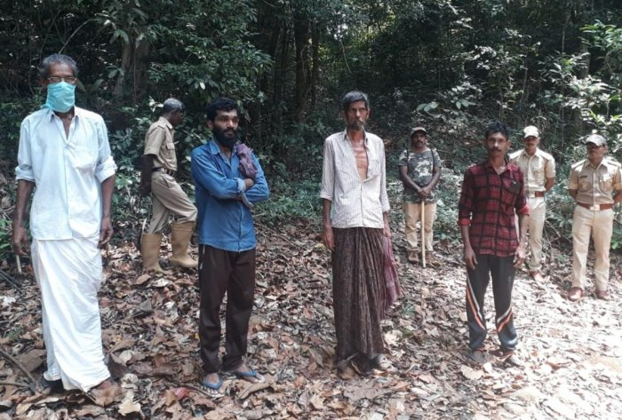 Labourers walking towards Kerala, were stopped by forest officials on Sunday. DH Photo