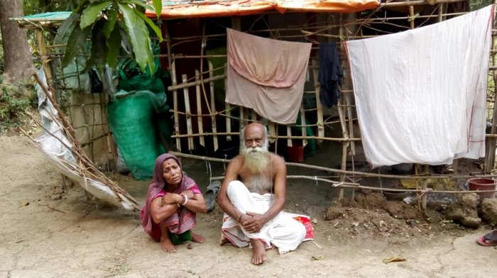 Elderly impoverished couple at Bhangar in West Bengal's South 24 Paraganas district. (DH Photo)