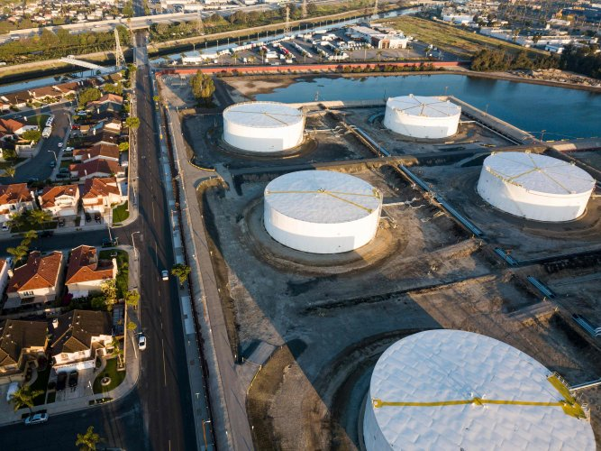 Oil-storage tanks are seen from above in Carson, California. (AFP Photo)