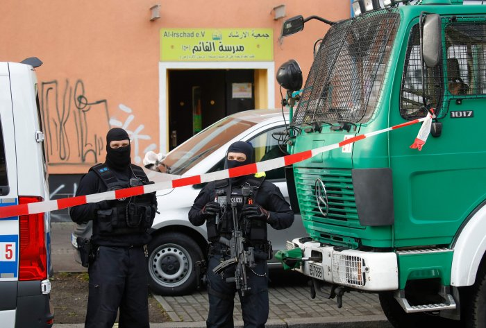 Poilice stand in front of Al-Irschad Mosque during a raid on April 30, 2020 in Berlin, after dozens of police and special forces stormed mosques and associations linked to Hezbollah in Bremen, Berlin. (AFP Photo)