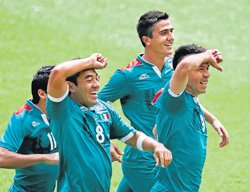 Peralta brace powers Mexico to gold