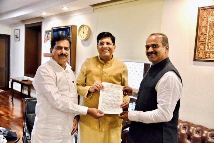 Bangalore Central MP P C Mohan submits his memorandum to Railway Minister Piyush Goyal and MoS Suresh Angadi. (Twitter)