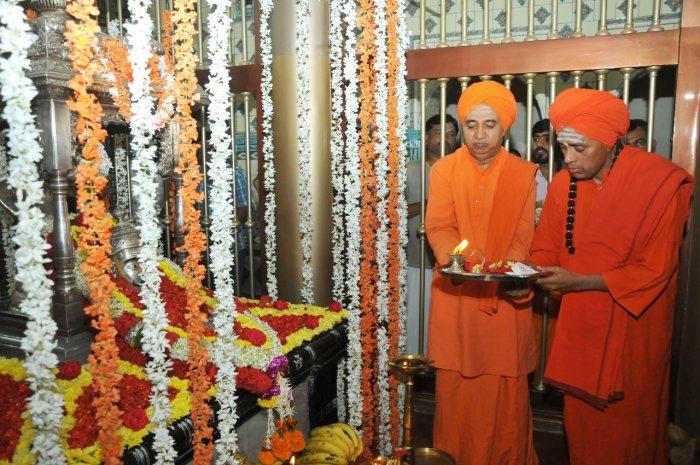 Gurusiddha Rajayogindra Swamiji of Moorusaviramutt and Basavalinga Swamiji of Rudrakshimutt performed puja. (DH Photo)