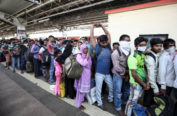 Migrant workers and their families queue to board a train at a railway station, after government imposed restrictions on public gatherings in attempts to prevent spread of coronavirus disease (COVID-19), in Mumbai, India, March 21, 2020. (Reuters Photo)