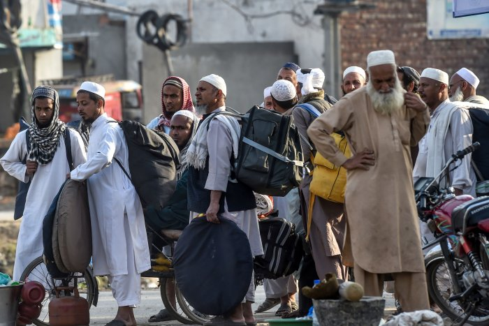Islamic worshippers prepare for their departure to their home from the three-day annual Tablighi Ijtema religious gathering. (AFP Photo)