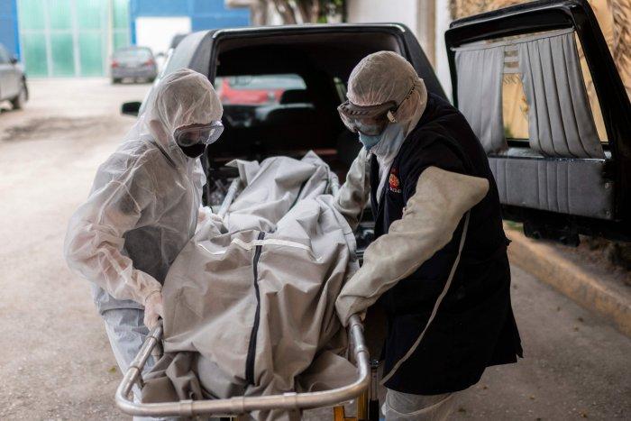 Mortuary workers move the body of a COVID-19 victim at a crematorium in Cuautitlan Izcalli, Mexico State. (Credit: AFP)