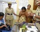 Alert bus passengers nab woman pick-pocket