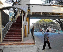Scary height keeps citizens off skywalk
