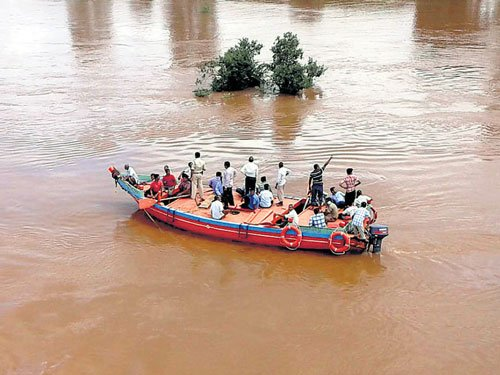 Krishna in spate, farmers shift to safer places