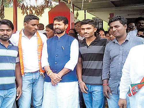 Candidates catch up with voters in Sarvagnanagar