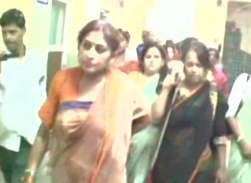 Rupa Ganguly heckled, convoy attacked by 'TMC supporters'