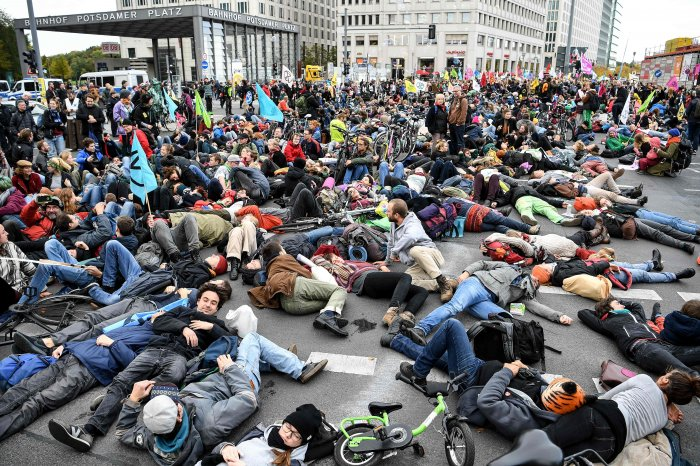 """Activists from the """"Extinction Rebellion"""" climate change action group demonstrate at Potsdamer Platz square in Berlin. (AFP Photo)"""