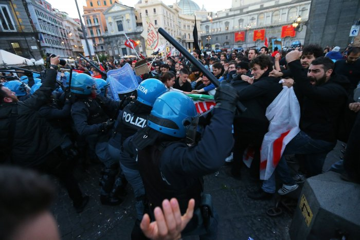 Protesters against the Italian Interior minister and deputy prime minister clash with riot police in downtown Naples. (AFP File Photo)