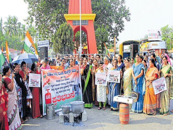 Mahila Congress protests against hike in LPG cylinder price in Udupi