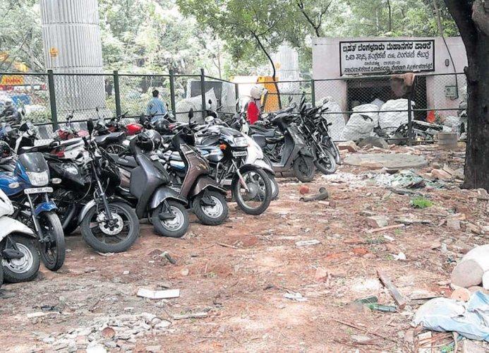 Garbage pile turns parking lot for Metro users near Vijayanagar