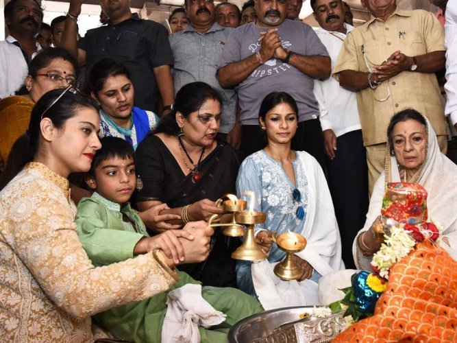 Kajol visits Siddarudha mutt