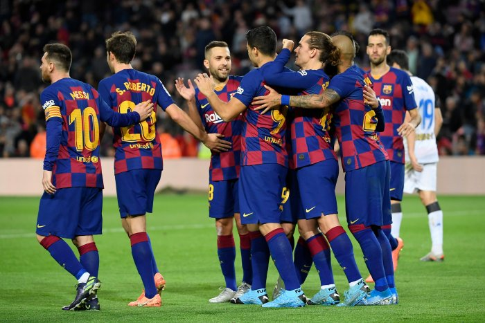 Barcelona's Uruguayan forward Luis Suarez (C) celebrates with teammates after scoring a penalty during the Spanish league football match FC Barcelona against Deportivo Alaves at the Camp Nou stadium in Barcelona. (AFP Photo)