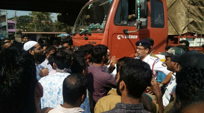 Traffic on National Highway 66 was blocked for more than half an hour when the citizens staged a protest after a lorry fell on a youth, seriously injuring him, at Thokkottu Junction, on the outskirts of Mangaluru, on Tuesday. DH photo