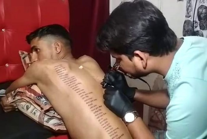 Bikaner youth Gopal Saharan paid tribute to martyrs by printing names of martyrs on his back.