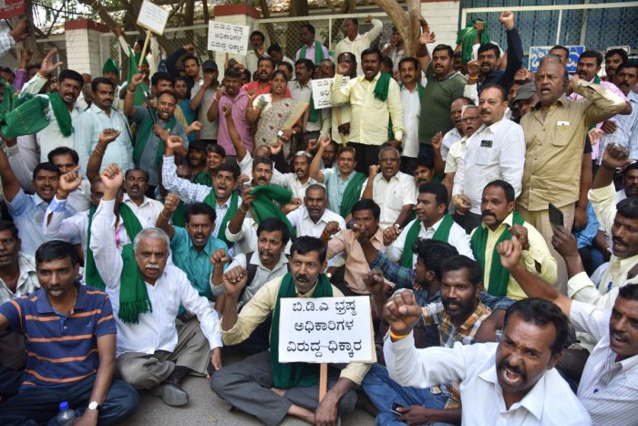 Farmers staging a protest against the government over the delay in the Peripheral Ring Road (PRR) project in front of Bangalore Development Authority (BDA) head office in Bengaluru on Tuesday March 12th 2019. DH photo