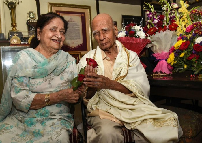 Indian Bollywood music director and background score composer Mohammed Zahur Khayyam (R), better known as Khayyam, poses for photographs along with his wife and singer Jagjit Kaur (L) during his 92nd birthday celebration at his home in Mumbai on February 18, 2019. (Photo by STR / AFP)