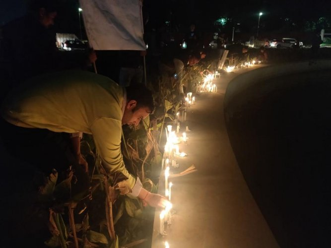 People pay homage to soldiers killed in attack at Pulwama in Jaipur on Friday. (DH Photo)