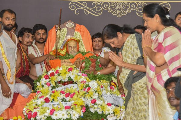 Nirmala Sitharaman, Union Finance Minister pay their last respects to Pejawar Vishwesha Theertha seer on be half of Prime Minister at National College Grounds, Basavanagudi in Bengaluru on Sunday. Photo by S K Dinesh