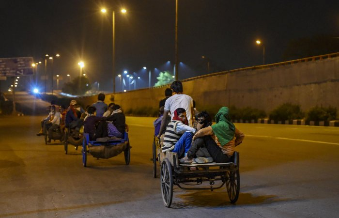 Migrant workers return to their native places amid the nationwide complete lockdown, on the Gandhi Nagar in East Delhi , Thursday, March 26, 2020. Credit: PTI Photo