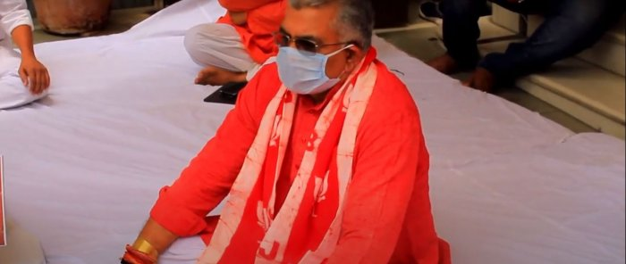 State BJP chief Dilip Ghosh during the sit-in at his residence from 11 am to 1 pm, alleged suppression of COVID-19 facts and figures by the Mamata Banerjee-led dispensatioN. Credit: Twitter (@DilipGhoshBJP)