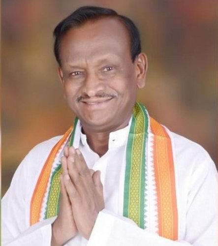 State Housing Minister and Hoskote MLA MTB Nagaraj, one of the 16 rebel Congress-JD(S) MLAs who resigned from the Assembly last week, dealing a blow to the coalition government, said senior Congress leaders, including former chief minister Siddaramiah, me
