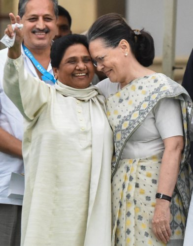 BSP chief Mayawati and UPA chairperson Sonia Gandhi, Andhra Pradesh Chief Minister N Chandrababu Naidu, JD(S) supremo H D Deve Gowda and West Bengal Chief MinisterMamata Banarjee at the swearing-in ceremony at the Vidhana Soudha on Wednesday.DH Photos/