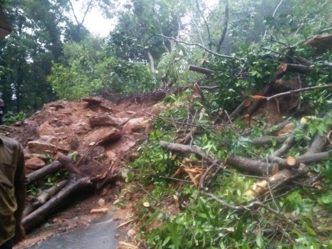 A landslide caused by heavy rain, blocking the Charmadi Ghat to Mangaluru, on Tuesday. (DH photo)