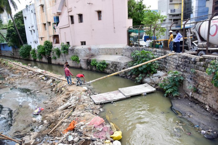 Laborers are work on storm water drain remodelling, at Link Road, Sheshadripura, Bengaluru. DH Photo/ B H Shivakumar