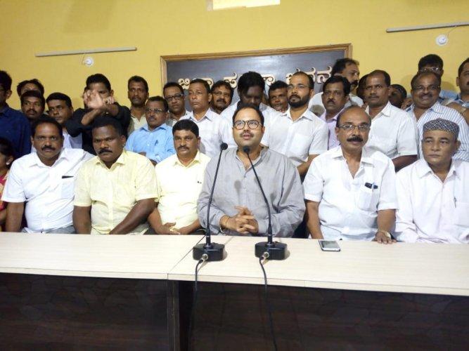 JD(S) leader Anand Asnotikar addresses media in Karwar on Saturday. DH Photo