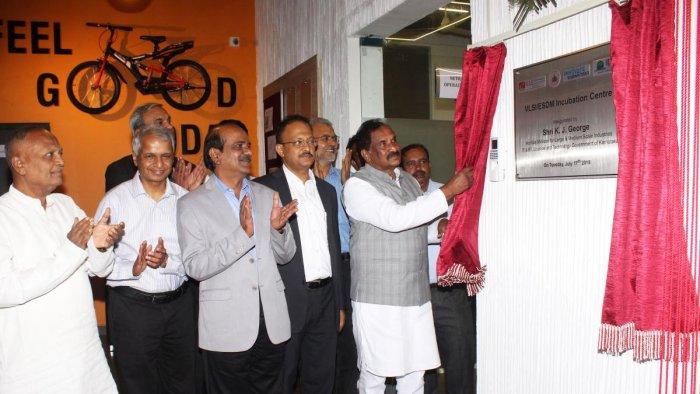 Minister K J George unveils plaque to mark the inauguration of VLSI/ESDM incubation centre at KLE Tech Park at KLETU premises in Hubballi on Tuesday. Shankaranna Munavalli, Gururaj Deshpande, Ashok Shettar, Gaurav Gupta and others are present.