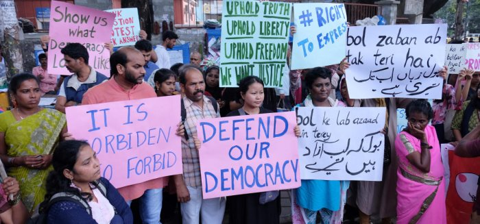 Citizens protest the detention of activists at Mysore Bank Circle Saturday. DH photo Grack hauck.