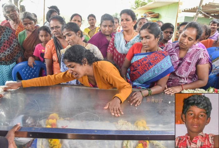 Family members mourn the death of Praveen (inset) at Vibhutipura on Sunday. Praveen's last rites were performed at the Shantinagar crematorium. DH Photo/S K Dinesh