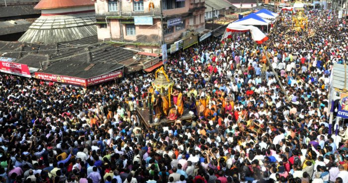 A large number of devotees take part in Vittal Pindi utsav in Car Street in Udupi on Monday.