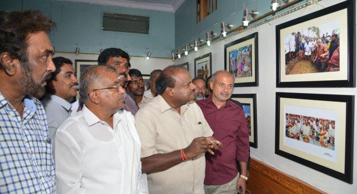 Chief Minister H D Kumaraswamy inaugurated a photo exhibition, organised by Mysuru city photojournalists, Suchitra Gallery, on Kalamandira premises, in Mysuru, on Tuesday. Ministers G T Devegowda and Sa Ra Mahesh and ex-mayors M J Ravi Kumar and R Lingapp