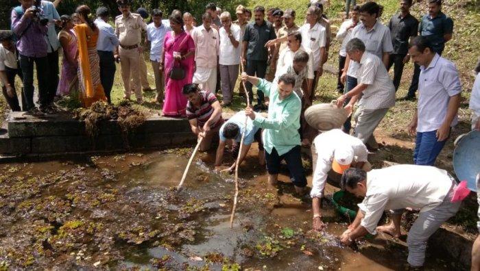 Union Minister Anantkumar Hegde joins hands with volunteers to clean Hunasehonda pond at Sonda near Sirsi, as part of Swachhata hi Seva programme, on Saturday. (DH Photo)