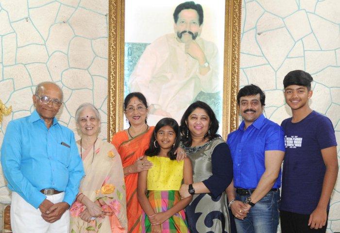 Standing from left: Harshavardhan, Ujjwala, Padmashree Dr Bharathi Vishnuvardhan, Shloka, Keerthi, Anirudh and Jyestavardhan DH PHOTOs BY srikanta sharma r