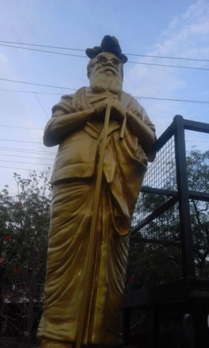 Sandals along with brick atop the bronze statue of Periyar E V Ramasamy in Dharapuram in Tiruppur district on Monday. DH Photo