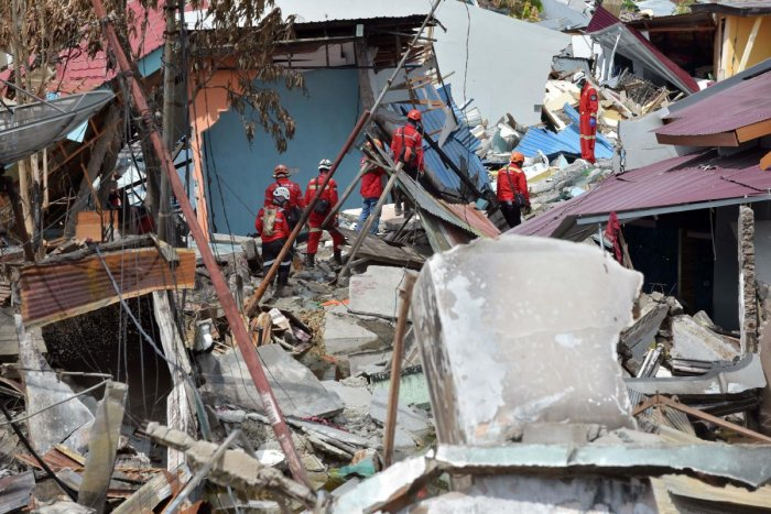Indonesia search and rescue members continue to look for victims in the hard-hit area of Balaroa in Palu on October 8, 2018, which was devastated after the September 28 earthquake and tsunami. - Nearly 2000 bodies have been recovered from Palu since an ea